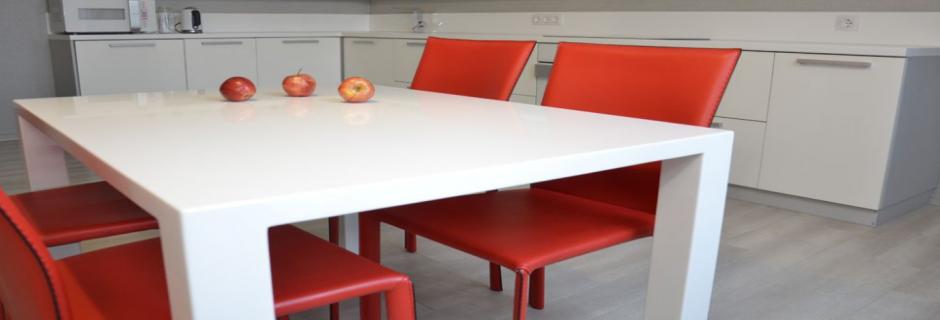 Обеденные столы из искусственного камня (для кухни и столовой)