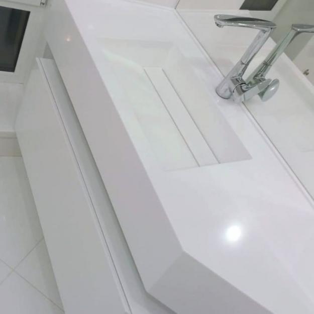 Столешница с интегрированной раковиной и шкафчик