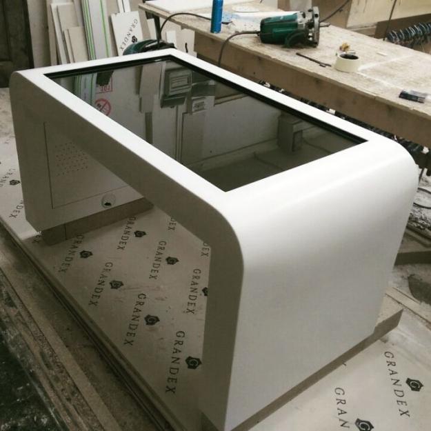 Cтол с сенсорным дисплеем для компьютерных игр из искусственного камня