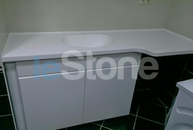 Тумба со столешницей и литой раковиной из искусственного камня в ванную