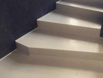 Лестница из искусственного камня светлого цвета